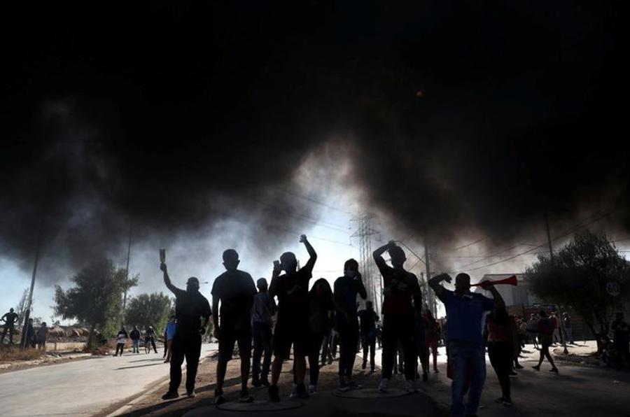 مردم گرسنه در شهر تحت قرنطینه سانتیاگو (پایتخت) شیلی با درخواست دریافت بستههای غذایی از دولت، تظاهرات میکنند