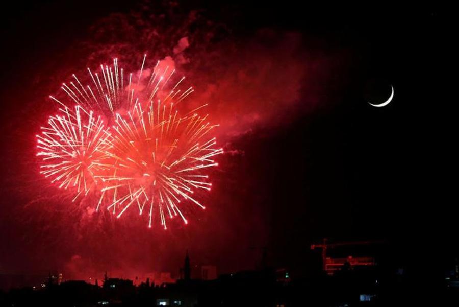 آتشبازی و نورافشانی به مناسبت هفتادوچهارمین سالگرد روز ملی اردن در شهر امان (پایتخت)