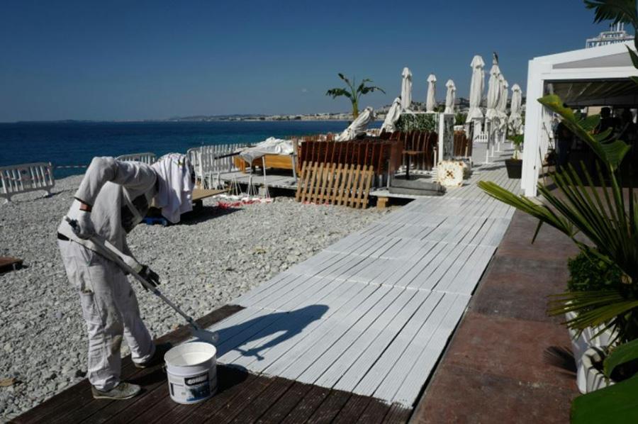 آماده سازی یک ساحل اختصاصی در شهر نیس در جنوب فرانسه برای پذیرفتن مهمان پس از رفع محدودیتهای قرنطینه