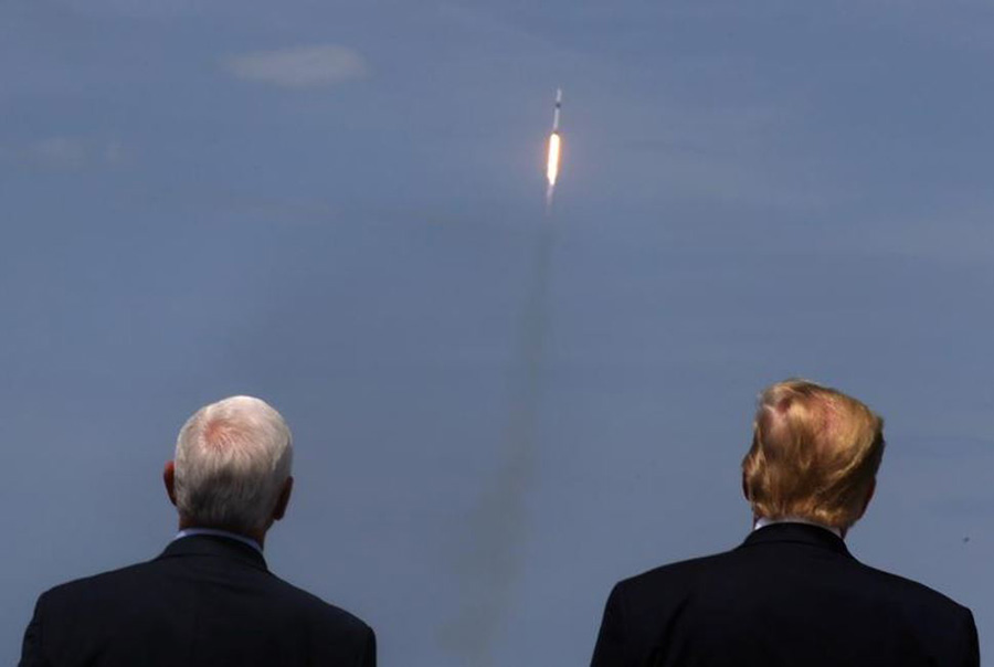 ترامپ و معاونش مایک پنس در حال تماشای پرتاب فضاپیمای دراگون شرکت خصوصی  اسپیس ایکس از پایگاه فضایی کندی در کیپ کاناورال ایالت فلوریدا آمریکا