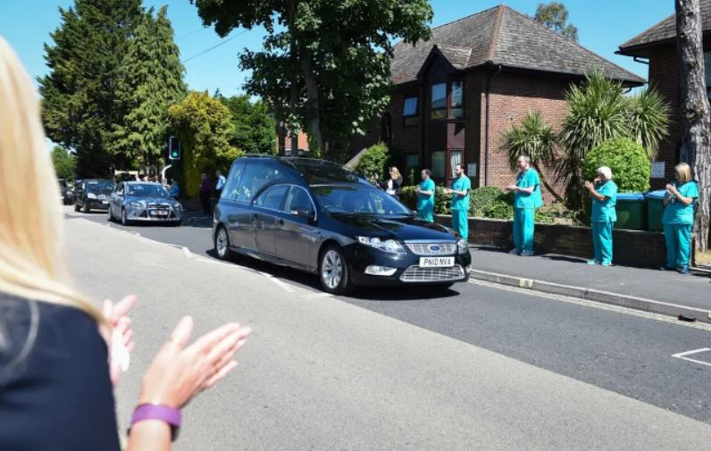 تشییع جنازه باربر 61 ساله بیمارستان عمومی شهر ساوتهمپتون بریتانیا که به دلیل ابتلا به کرونا ویروس درگذشته است.