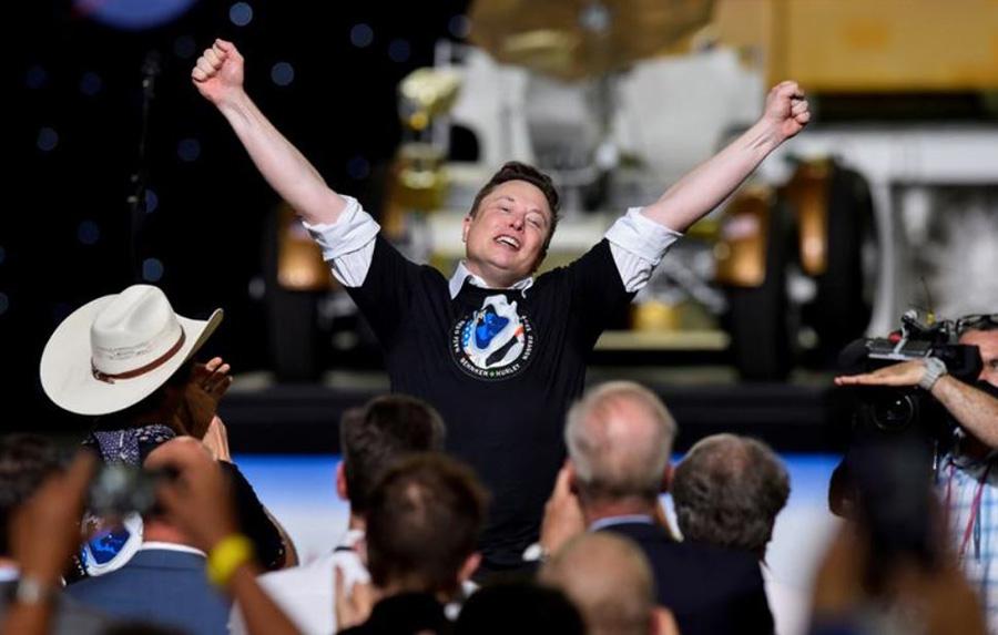 شادمانی  ایلان ماسک مالک شرکت خودروسازی تسلا و بنیانگذار 48 ساله شرکت خصوصی اسپیس ایکس آمریکا از پرتاب موفق فضاپیمای این شرکت خصوصی با 2 فضانورد آمریکایی به فضا