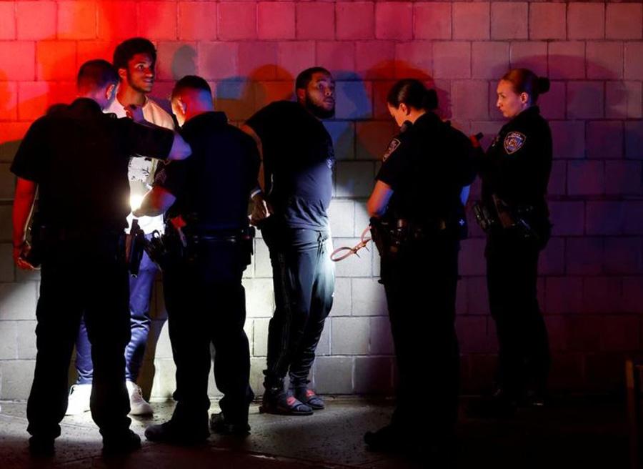 دستگیری معترضان از سوی پلیس شهر نیویورک آمریکا پس از ساعت منع رفت و آمد