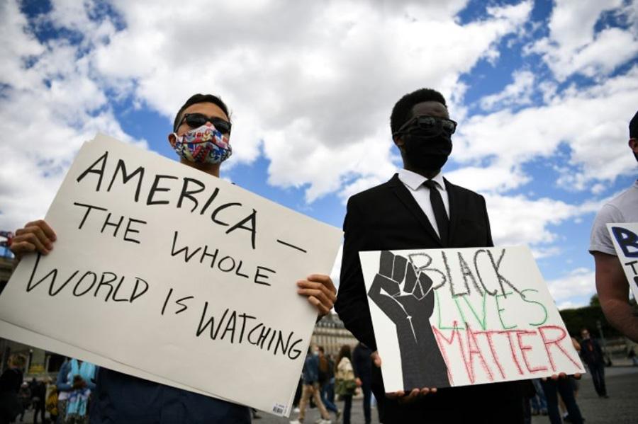 تظاهرات در محکومیت تبعیض نژادی در آمریکا در نزدیکی سفارت ایالات متحده آمریکا در شهر پاریس