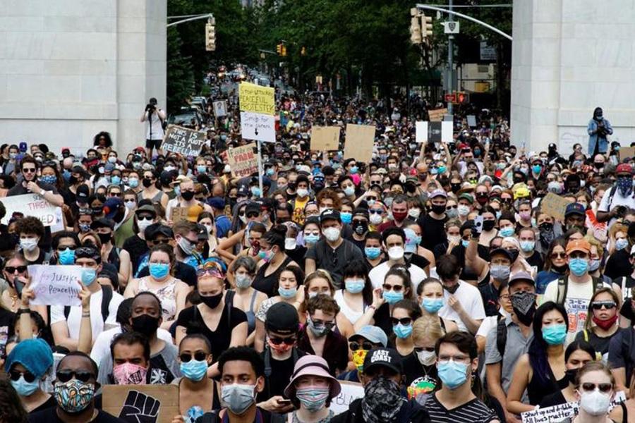 تظاهرات ضدنژادپرستی در محکومیت قتل جورج فلوید در میدان واشنگتن در شهر نیویورک آمریکا