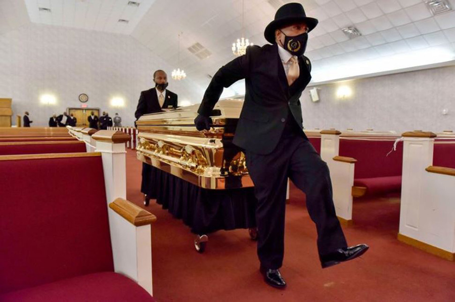 حمل تابوت جورج فلوید در کلیسایی در شهر رادفورد ایالت کارولینای شمالی(زادگاهش)