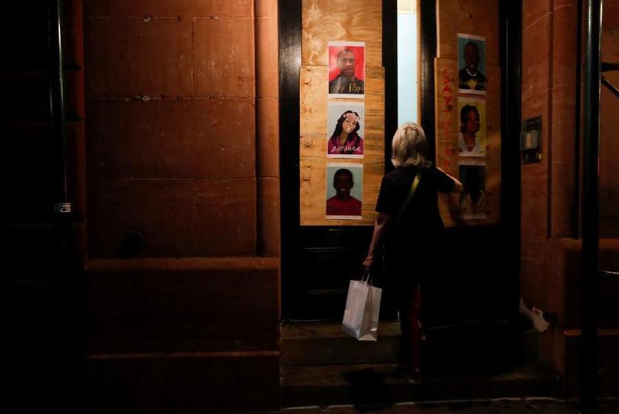 چسباندن پوستر جورج فلوید و دیگر قربانیان رنگینپوست خشونت پلیس آمریکا به در خانهها در شهر نیویورک آمریکا