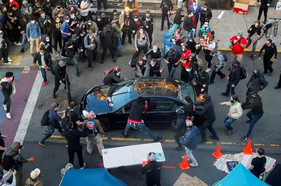 اعتراضات ضد نژادپرستی در شهر سیاتل آمریکا. یک خودرو خود را به داخل جمعیت زد و معترضان راننده را بیرون کشیده و دستگیر کردند.