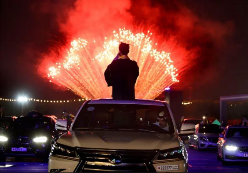 آتشبازی در جریان جشن فارغالتحصیلی دانشآموزان دبیرستانی در جنوب شهر منامه پایتخت بحرین