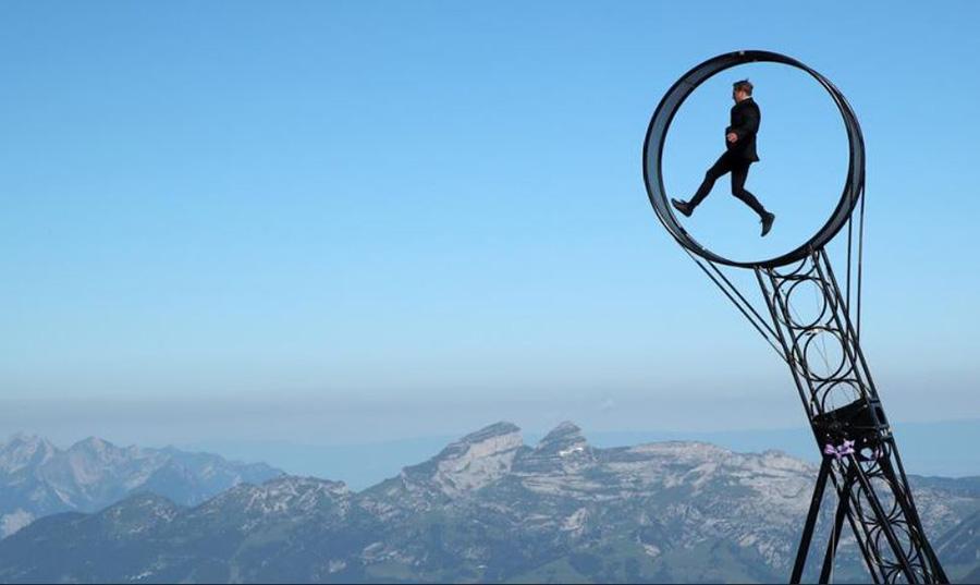 اجرای نمایش حلقه مرگ از سوی رامون کاترینر هنرمند آکروبات باز سوییسی