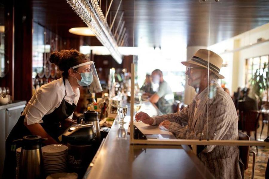 نخستین روز بازگشایی بارها و رستورانها در شهر مونترال کانادا