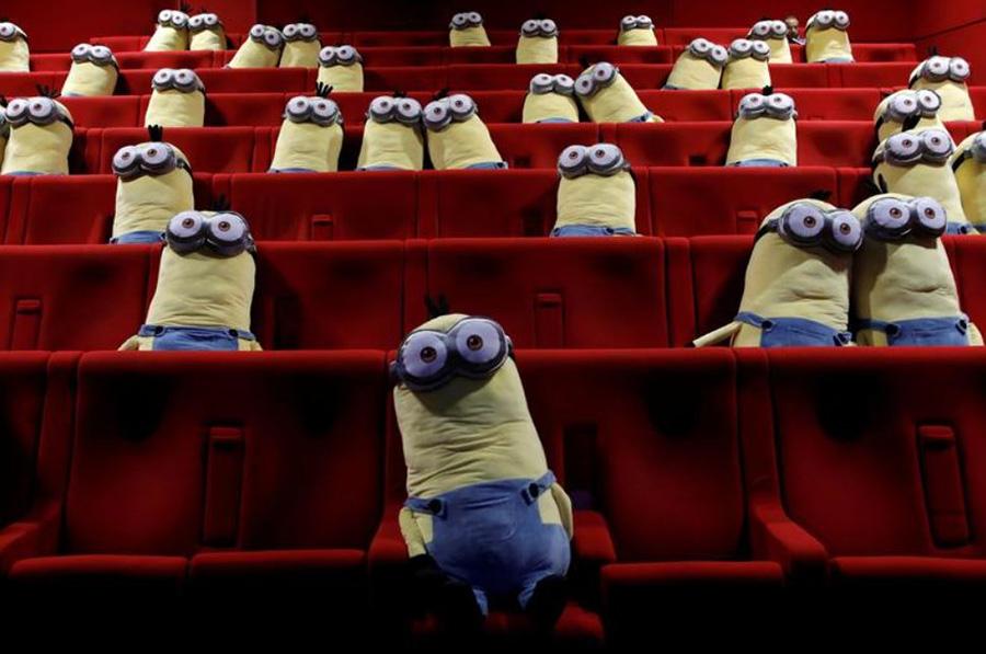 گذاشتن عروسکهای مینیون روی صندلیهای یک سینما در شهر پاریس به منظور حفظ فاصله اجتماعی میان تماشاگران