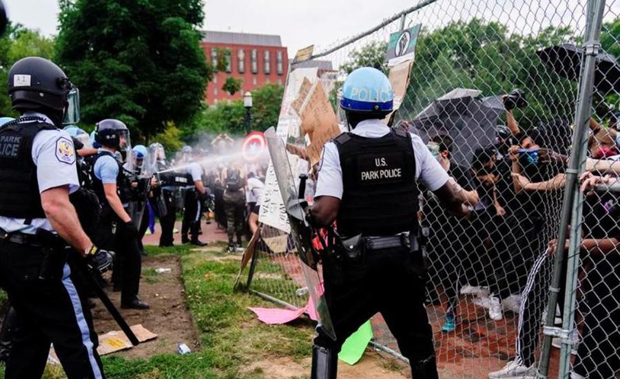 ماموران پلیس در شهر واشنگتن دیسی (پایتخت) آمریکا در حال ممانعت از برچیده شدن مجسمه اندرو جکسون رییس جمهوری اسبق آمریکا از سوی معترضان ضدنژادپرستی در پارک مقابل کاخ سفید