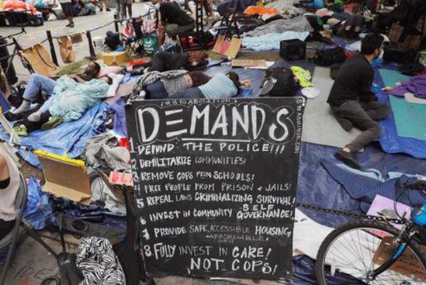 منطقه خودمختار معترضان حامی جنبش ضدنژادپرستی در قلب محله منهتن در شهر نیویورک آمریکا