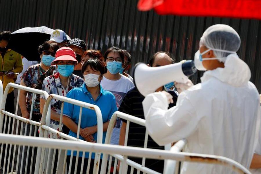 صف تست گیری کرونا در شهر پکن چین