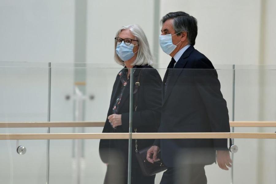 فرانس فیلون نخست وزیر اسبق فرانسه در کنار همسرش در جلسه دادگاه رسیدگی به اتهامات فساد اقتصادی او و همسرش در شهر پاریس