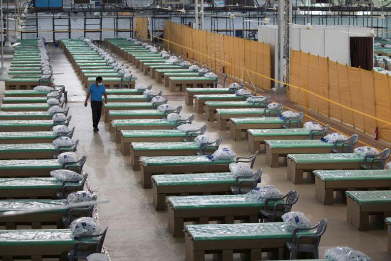 تجهیز یک بیمارستان صحرایی برای بیماران کووید-19 در شهر دهلینو