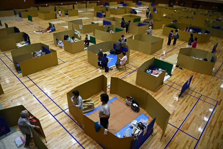 اردوگاه اسکان سیلزدگان در شهر یاتسوشیرو ژاپن با رعایت اصل فاصله گذاری اجتماعی