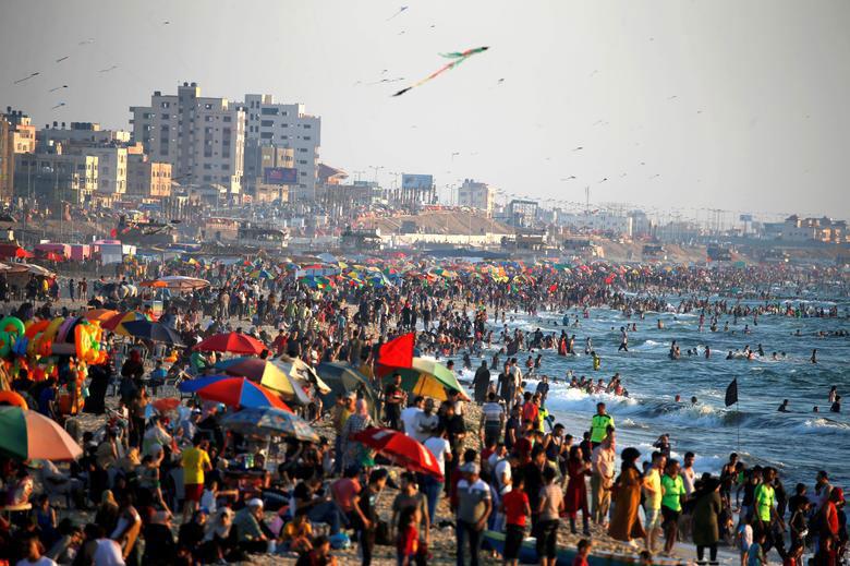 هجوم مردم غزه به ساحل در پی کاهش محدودیتهای حضور اجتماعی به خاطر کرونا