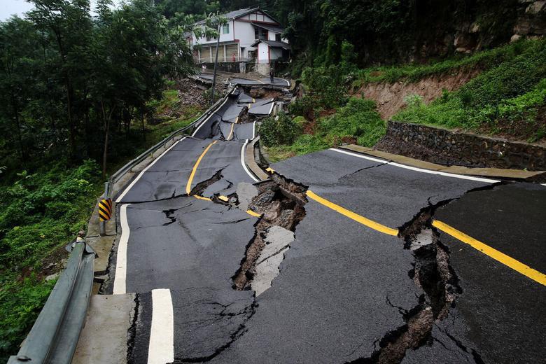 صدمات رانش زمین به جاده در چین