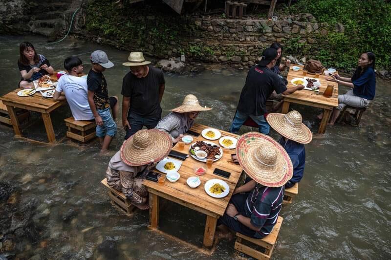 رستورانی متفاوت در رودخانهای در نزدیکی کوالالامپور مالزی