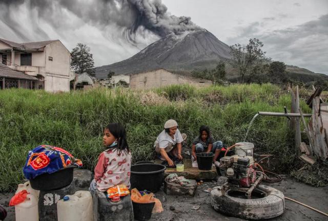 زندگی در کنار آتشفشان فعال کوه سینابونگ در جزیره کارو اندونزی