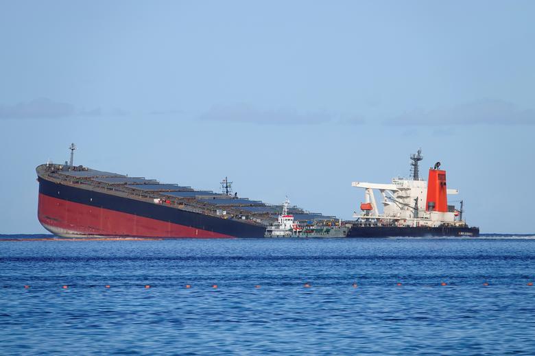 خطر شکستن نفتکش ژاپنی در نزدیکی جزیره موریس