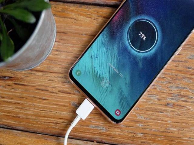جاهایی که نباید موبایل خود را به شارژر بزنید
