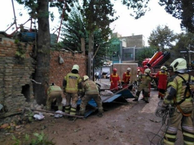 ریزش ساختمان در خیابان ابوذر تهران و حبس شدن 4 نفر زیر آوار / تلاش آتش نشانان برای آوار برداری