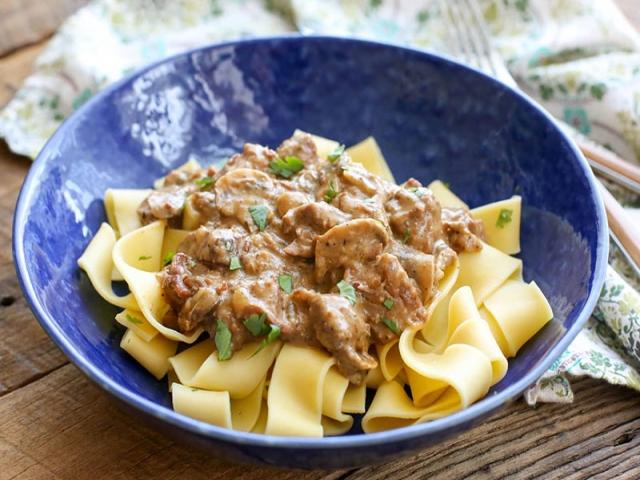 طرز تهیه پاستا با بیف استروگانف ؛ غذایی ساده و لذیذ