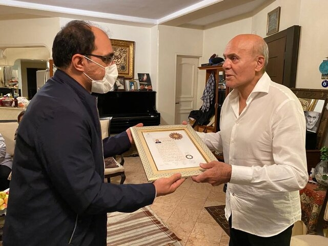 نشان درجه یک هنر برای جمشید هاشم پور