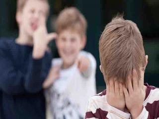 چرا بعضی از کودکان نمی توانند در برابر دیگران از خود دفاع کنند؟